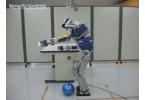 Гуманоидный робот HRP-2 ищет опору, как пожилой человек