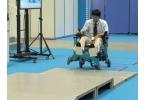 Новое инвалидное кресло поднимается по ступеням