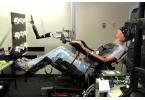 Парализованный научился управлять роборукой силой мысли