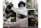 Средневековый робот на раздаче леденцов