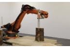 Робот с цепной пилой изготовил табуретку