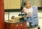 Кресло-робот познаёт мир вместе с полугодовалым малышом