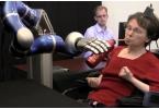 Парализованная женщина управляет роботизированной рукой