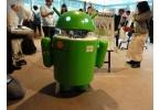 Робот-андроид в виде логотипа Android работает на Android