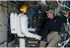 Андроид-астронавт впервые пожал руку человеку в космосе