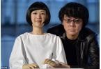 Японский робот - андроид читает новости